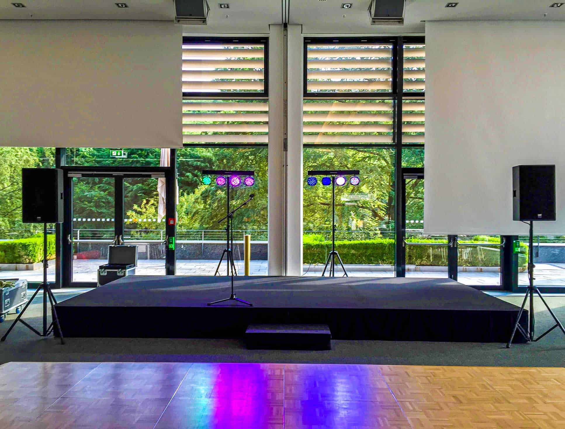 Licht- & Tontechnik aufgebaut mit einer Bühne