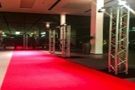 Ein roter Teppich mit Traversen & Spots