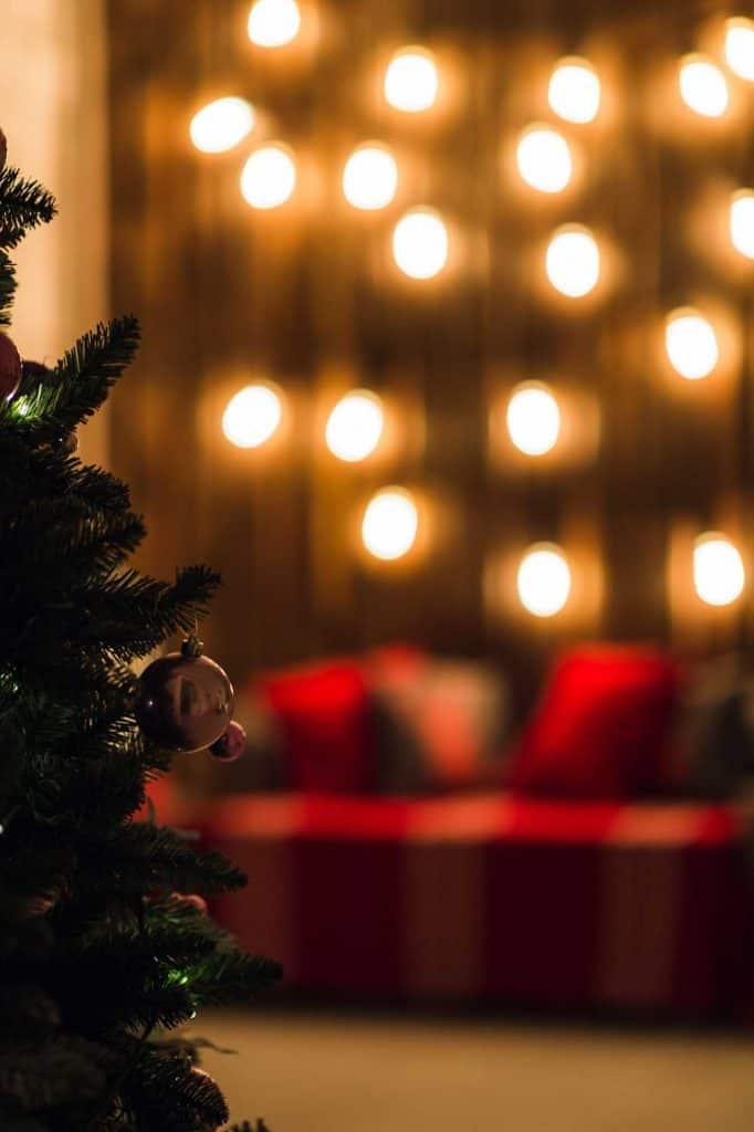weihnachtsbaum auf einer firmenfeier geschmückt