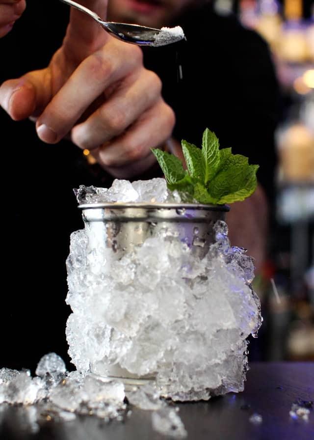 cocktail mit glas und eisumrandung
