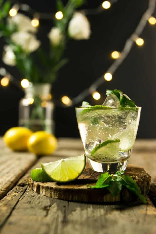 cocktailglas mit Limettenscheiben