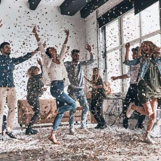 dj-firmenfeier-gaeste-tanzen