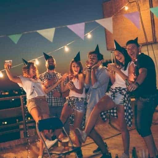 im-freien-auf-firmenfeier-gaeste-tanzen