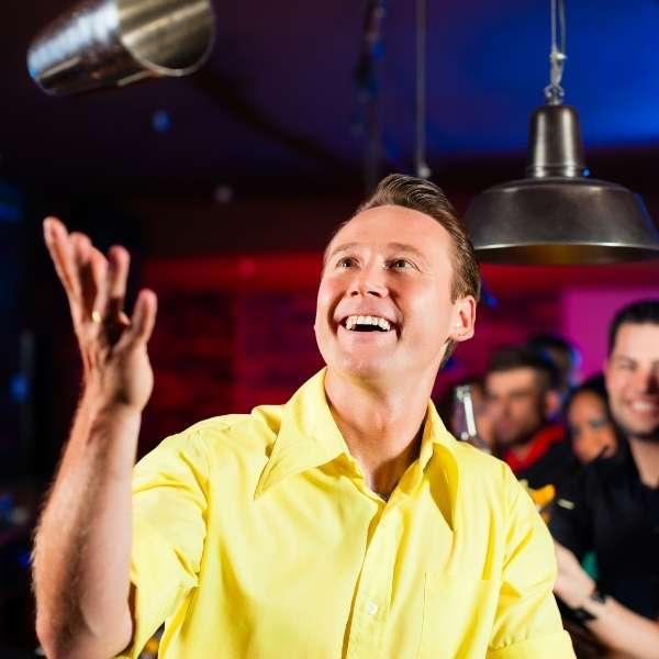 cocktailshow-barkeeper-wirft-showmixer-in-die-luft