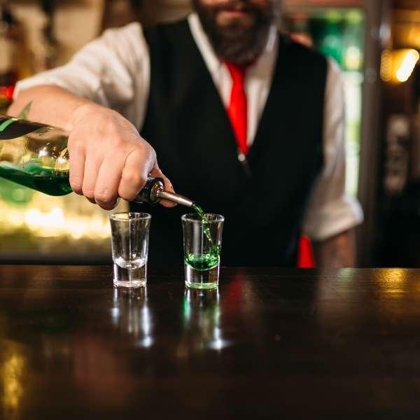 showbarkeeper-bereitet-cocktailshow-vor