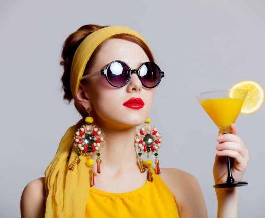 frau mit 70er jahre martini glas in der hand auf firmenfeier