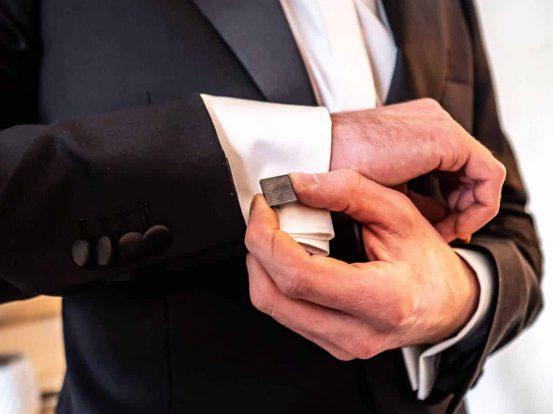 mann im schwarzen Anzug mit weissem Hemd auf dem weg zur Firmenfeier mit dem Moto black and white