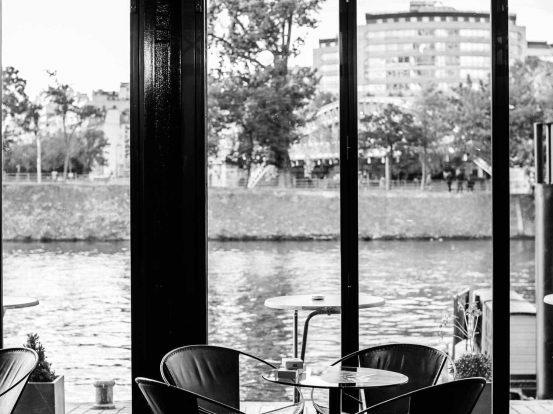 stühle vor einer glasscheibe in einem restaurant/ Bar in Frnakfurt am main